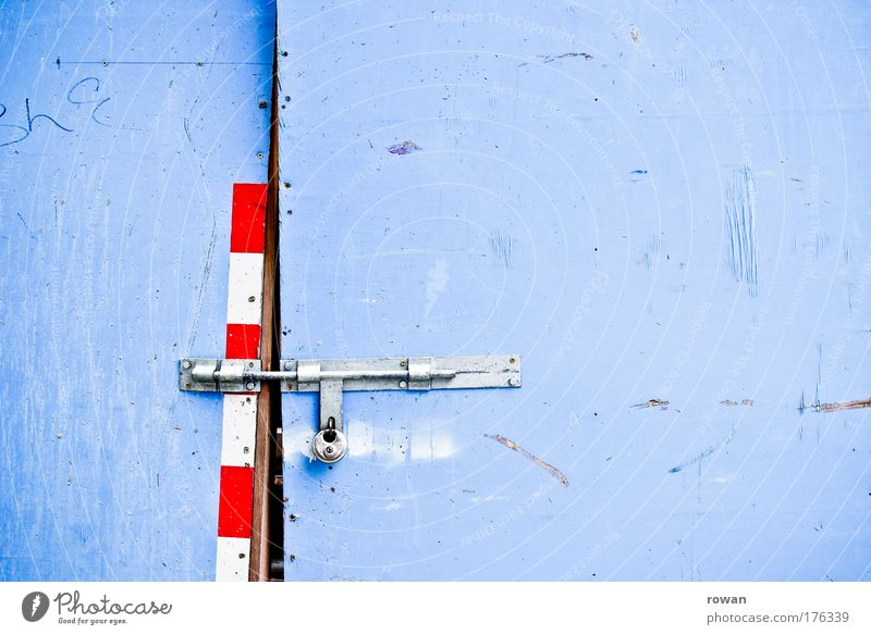 zu blau rot Wand dreckig Schilder & Markierungen geschlossen Sicherheit Baustelle Schutz Schloss Kontrolle Schlüssel Barriere Einbruch Vorhängeschloss