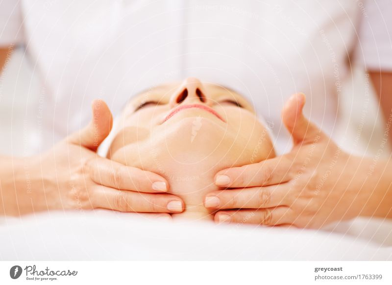 Frau unter Gesichtsbehandlung am Schönheitsbadekurort Mensch Hand Erholung Erwachsene Gesundheitswesen Haut Beautyfotografie Arzt Massage Sympathie Therapie Spa