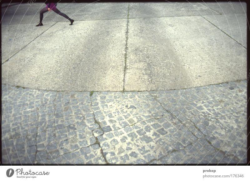 Gerade nochmal gutgegangen Mensch Jugendliche Stadt Einsamkeit Straße feminin Beine Fuß gehen wild laufen Beton Verkehr Geschwindigkeit gefährlich trist