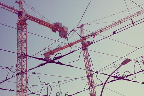 Das Leben ist eine Baustelle II Stadt Berlin oben Stadtleben neu Stadtzentrum Kran bauen Straßenkreuzung unordentlich himmelwärts Oberleitung unvollendet
