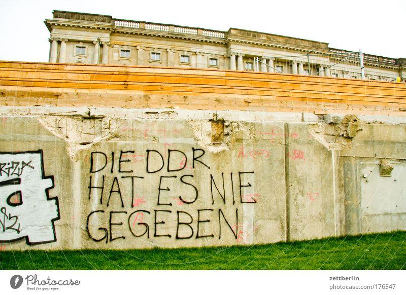 DIE DDR HAT ES NIE GEGEBEN Berlin Hauptstadt Regierungssitz Palast der Republik Schlossplatz Burg oder Schloss Hohenzollern preussen Beton Fundament Gras Wiese