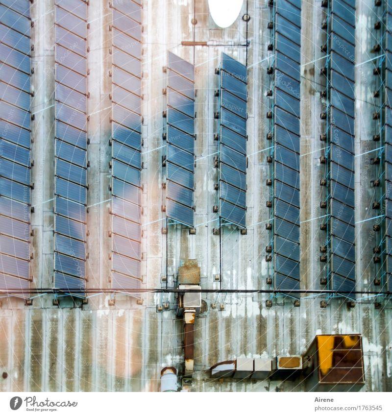 Energie von oben Energiewirtschaft Sonnenenergie Solarzelle Dach Flachdach Linie Streifen Reihe eckig einfach nachhaltig trist blau grau Ordnung Umweltschutz