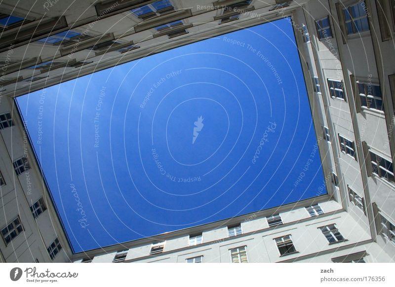 Wien-Innenansicht Farbfoto Außenaufnahme Menschenleer Textfreiraum Mitte Tag Kontrast Sonnenlicht Froschperspektive Weitwinkel Haus Himmel Wolkenloser Himmel