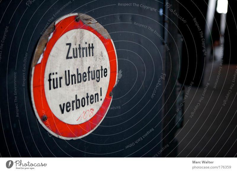 Draußen bleiben! weiß rot schwarz Arbeit & Erwerbstätigkeit Metall dreckig Schilder & Markierungen gefährlich Sicherheit trist bedrohlich authentisch Hinweisschild Schutz entdecken Stahl