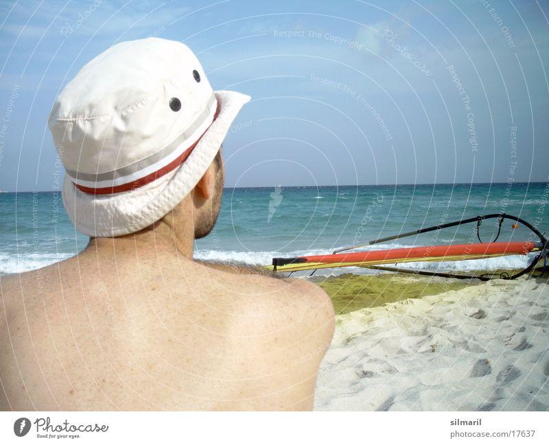 Windstill I Strand Meer Mann Freizeit & Hobby Ferien & Urlaub & Reisen Horizont Surfbrett Mütze Gedanke Denken Wasser Sand Erholung Himmel Hut Rücken sitzen