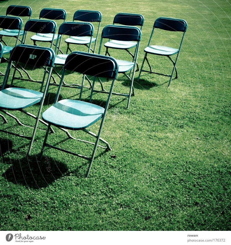 leere reihen Farbfoto Außenaufnahme Textfreiraum rechts Textfreiraum unten Tag Veranstaltung Bühne blau grün Stuhl Sitz Publikum Klappstuhl Präsentation Show