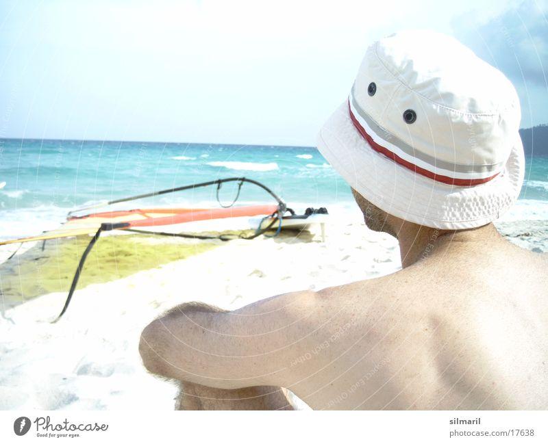 Windstill II Strand Meer Mann Freizeit & Hobby Ferien & Urlaub & Reisen Horizont Surfbrett Mütze Gedanke Denken Wasser Sand Erholung Himmel Hut Rücken sitzen
