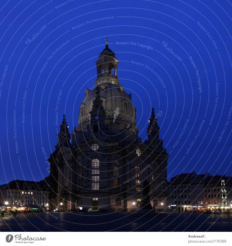 Frauenkirche Farbfoto Außenaufnahme Abend Dämmerung Nacht Dresden Deutschland Stadtzentrum Altstadt Kirche Marktplatz Sehenswürdigkeit Wahrzeichen Denkmal alt