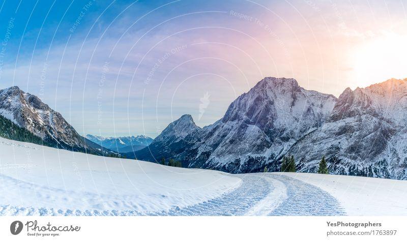 Alpenpanorama mit schneebedeckter Straße Ferien & Urlaub & Reisen weiß Baum Freude Wald Berge u. Gebirge kalt Schnee Glück Felsen hell Wetter Europa Gipfel