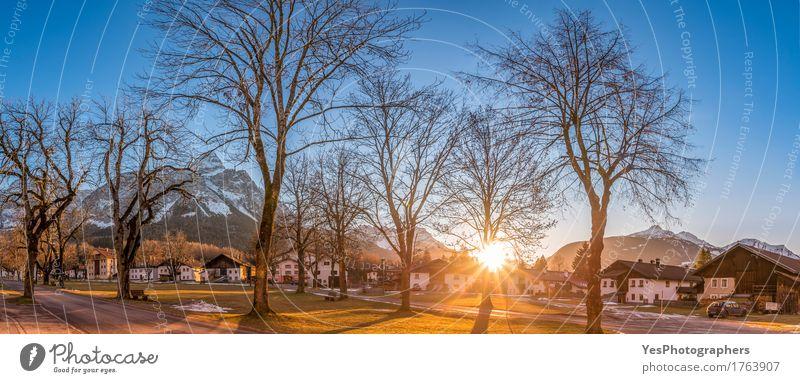 Alpines Dorf unter Sonnenstrahlen Natur Ferien & Urlaub & Reisen schön Baum Haus Freude Winter Wärme Architektur Gebäude Park träumen Idylle Europa Klima