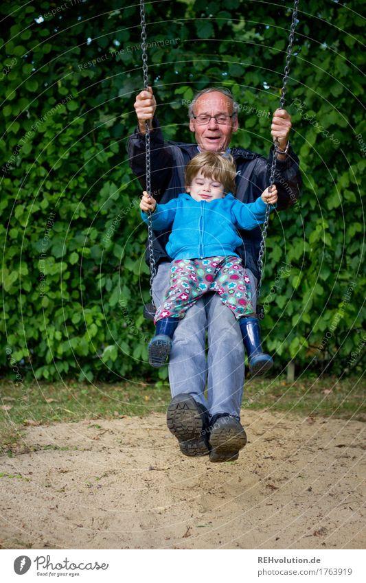 schaukelspaß Mensch maskulin Kind Kleinkind Junge Mann Erwachsene Männlicher Senior Großvater Kindheit 2 1-3 Jahre 60 und älter Umwelt Natur Sträucher Garten