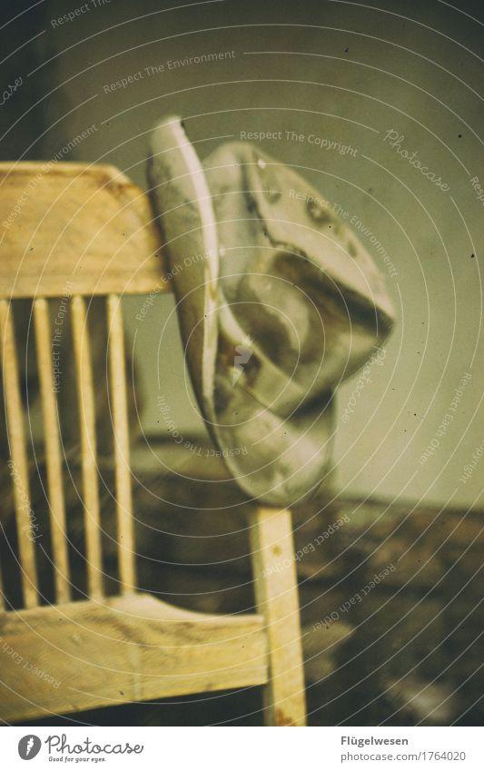 Hut am Stuhl sitzen stehen Haus alt Oldtimer Cap Cowboy warten Feierabend Schaukelstuhl Holzstuhl Western USA