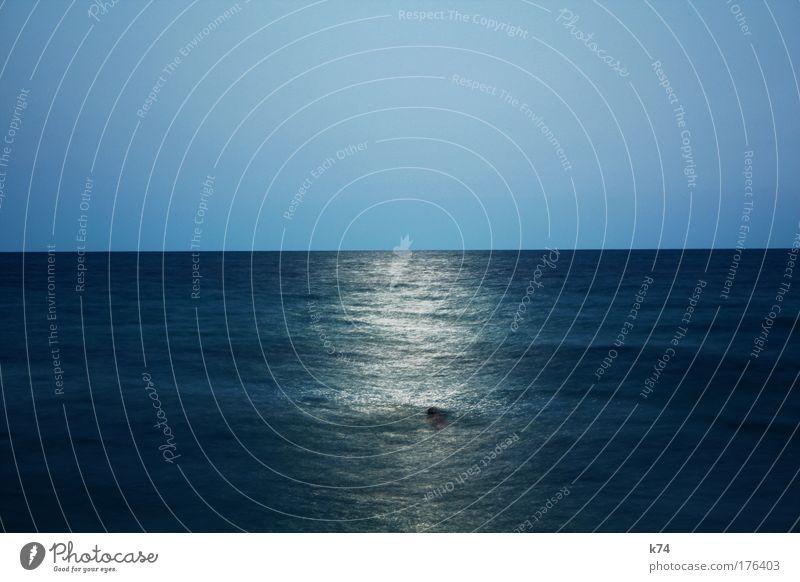 Mondlichtschwimmer Wasser Meer blau ruhig Horizont Brücke Schwimmen & Baden Sehnsucht Himmelskörper & Weltall harmonisch Fernweh Wunschtraum
