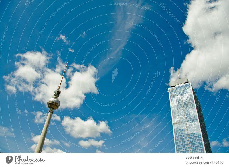 Fernsehturm und Hotel Stadt Berlin Himmel Ferien & Urlaub & Reisen Sommer Wolken Reisefotografie Fassade Tourismus Textfreiraum Hochhaus paarweise Hauptstadt