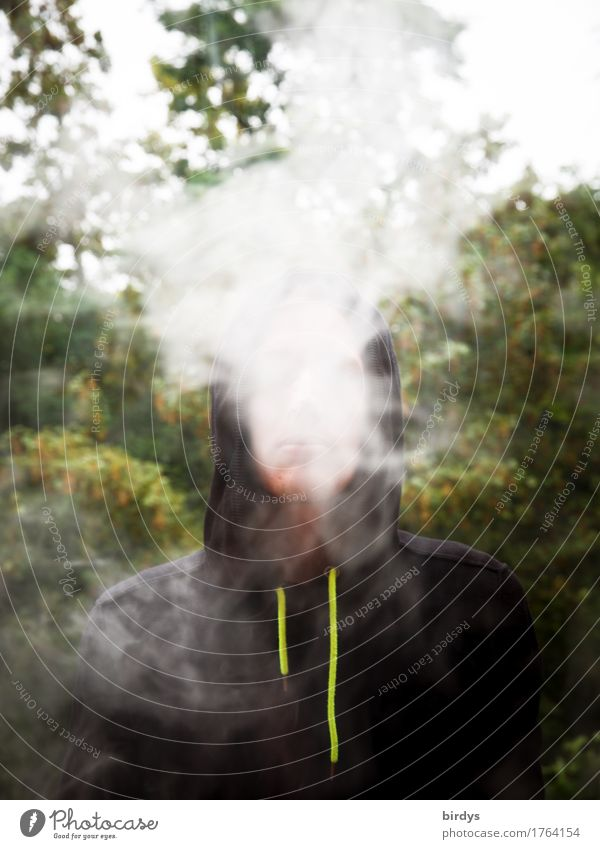 Jugendlicher beim Rauchen bzw. dampfen einer E-Zigarette, stößt Dampfwolken aus Rauschmittel maskulin Junger Mann 1 Mensch 18-30 Jahre Erwachsene Sommer Baum