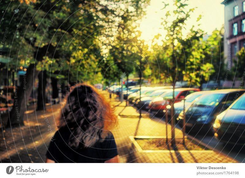 Das Mädchen in der Gasse des goldenen Lichtes in der Hintergrundbeleuchtung Frau Himmel Natur Ferien & Urlaub & Reisen Stadt alt blau Sommer grün schön Baum
