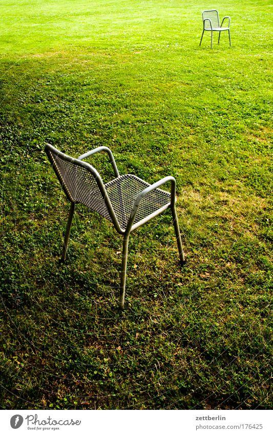 Zwei weitere Stühle grün Wiese Gras Park frei leer Platz paarweise Kommunizieren Textfreiraum Rasen Stuhl Sportrasen ausdruckslos Sitzung Sitzgelegenheit