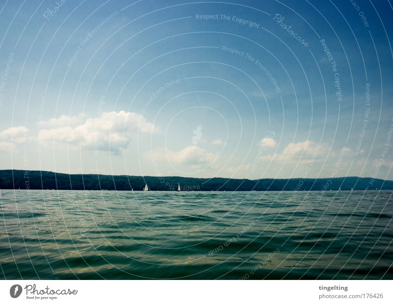 dunkelblau Natur Wasser Himmel grün schwarz Wolken Berge u. Gebirge See Landschaft Horizont nah einfach Unendlichkeit Flüssigkeit