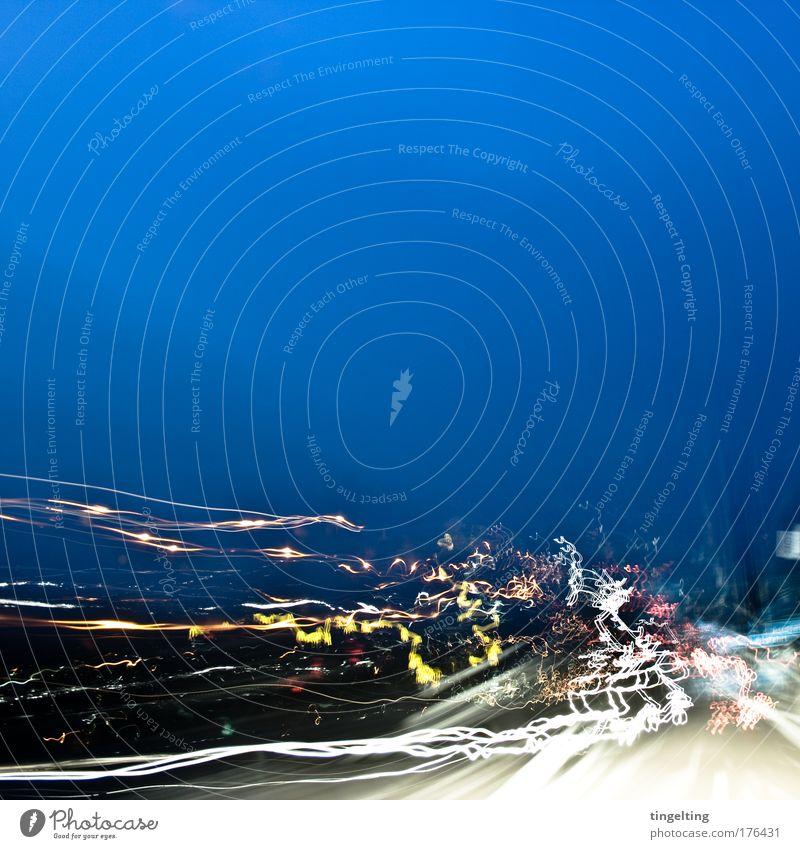 licht im dunkel Farbfoto Außenaufnahme Textfreiraum oben Textfreiraum Mitte Nacht Langzeitbelichtung Autobahn Lichtspiel leuchten weich blau gelb weiß Linie