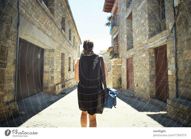 latschend feminin Körper Kopf Haare & Frisuren 1 Mensch 30-45 Jahre Erwachsene Dorf Kleinstadt Stadtzentrum Altstadt Haus Mauer Wand Fassade Balkon genießen