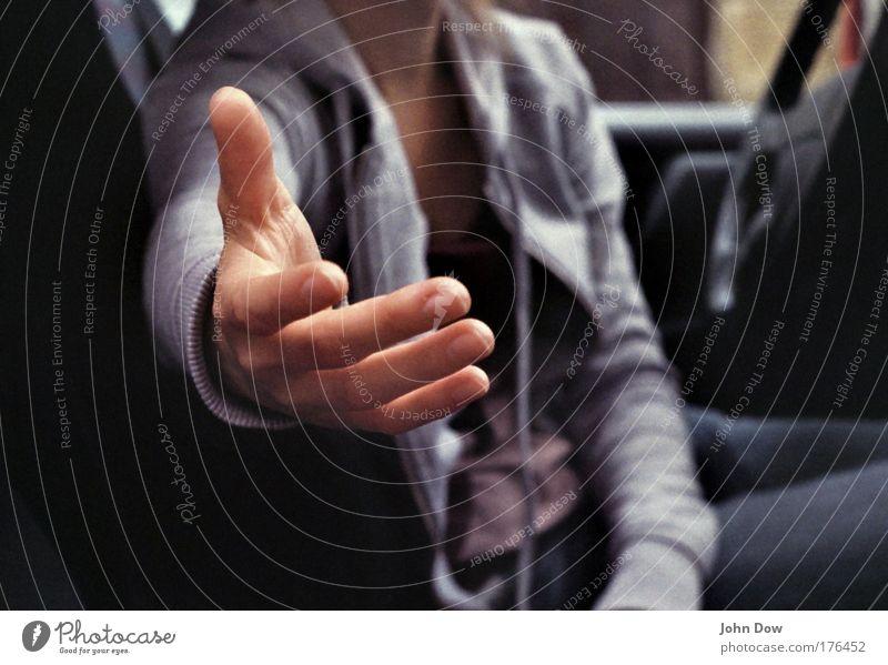 Helping Händ (II) Gedeckte Farben Kontrast Unschärfe Hand Finger 1 Mensch Autofahren Fahrzeug PKW Kommunizieren Zusammensein positiv Optimismus loyal