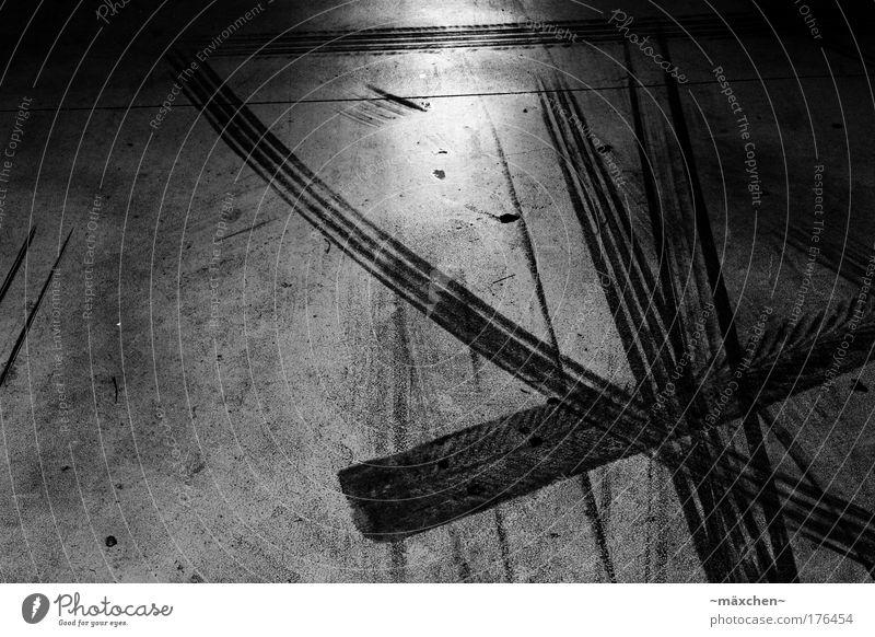 Parkhaus Schwarzweißfoto Innenaufnahme Nahaufnahme abstrakt Strukturen & Formen Menschenleer Kunstlicht Kontrast Reflexion & Spiegelung Starke Tiefenschärfe