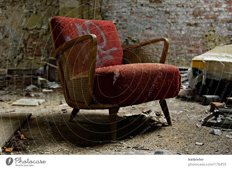 Setz Dich! alt rot Wand Mauer Graffiti braun Wohnung elegant ästhetisch retro kaputt Müll Häusliches Leben Vergänglichkeit Möbel Verfall