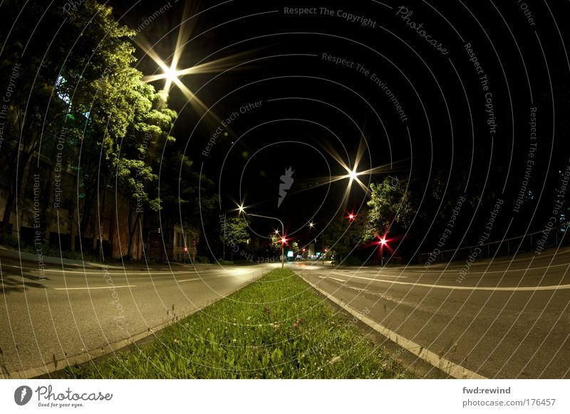 Sperrstunde, nichts los Ferne Straße dunkel Gras glänzend warten Stern (Symbol) leuchten Asphalt Verkehrswege Nacht Fischauge Straßenbeleuchtung Autofahren
