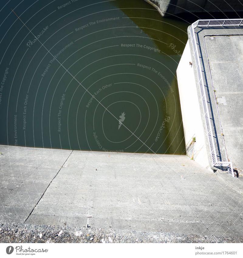 *spuck* Wasser Menschenleer Bauwerk Talsperre Stausee Mauer Wand Beton hoch Seil Brückengeländer grau trist Höhe Höhenangst Wasseroberfläche Farbfoto
