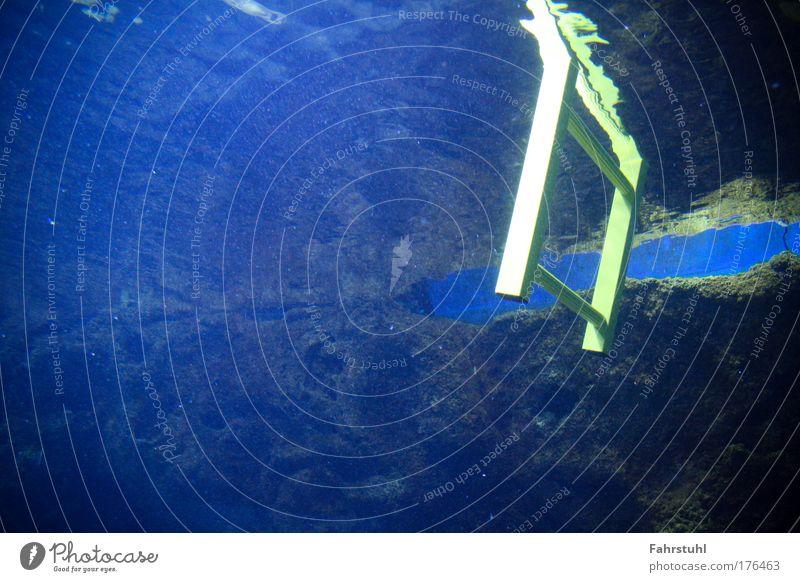 Unterwassertreppe Farbfoto Unterwasseraufnahme Textfreiraum links Kunstlicht tauchen Leiter Wasser Riff entdecken blau gelb Neugier
