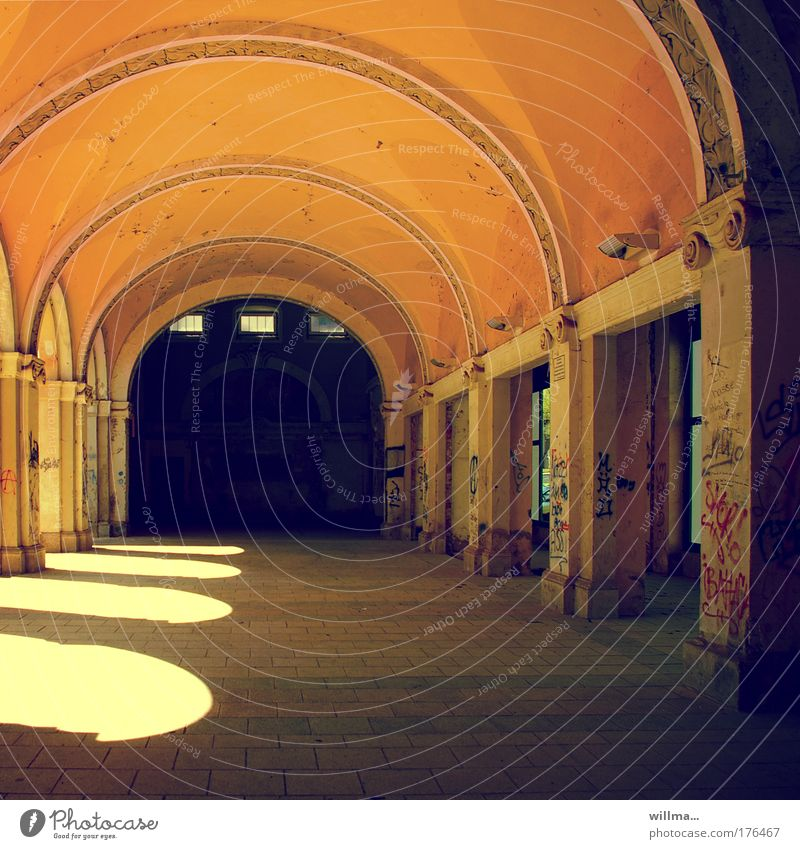 .wandelhalle. Architektur Graffiti Gebäude Tourismus Wandel & Veränderung Vergänglichkeit verfallen historisch Zerstörung Halle Sanieren Torbogen Pavillon