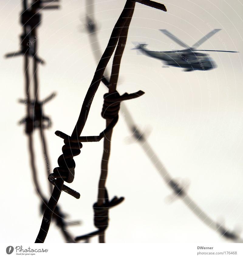 Sicherheitsmaßnahmen Pilot Luft Himmel Hubschrauber Stahl Aggression bedrohlich Schutz Angst Todesangst gefährlich rebellieren Rettung Risiko Stacheldraht