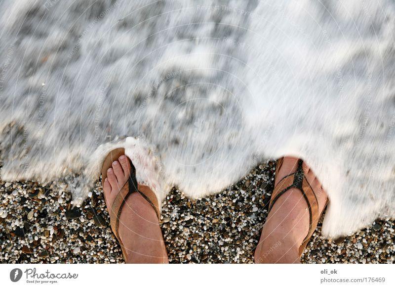 Strandgefühl Farbfoto Außenaufnahme Textfreiraum oben Tag Bewegungsunschärfe Vogelperspektive Sommer Sommerurlaub Meer Wellen Fuß 1 Mensch Wasser Schönes Wetter
