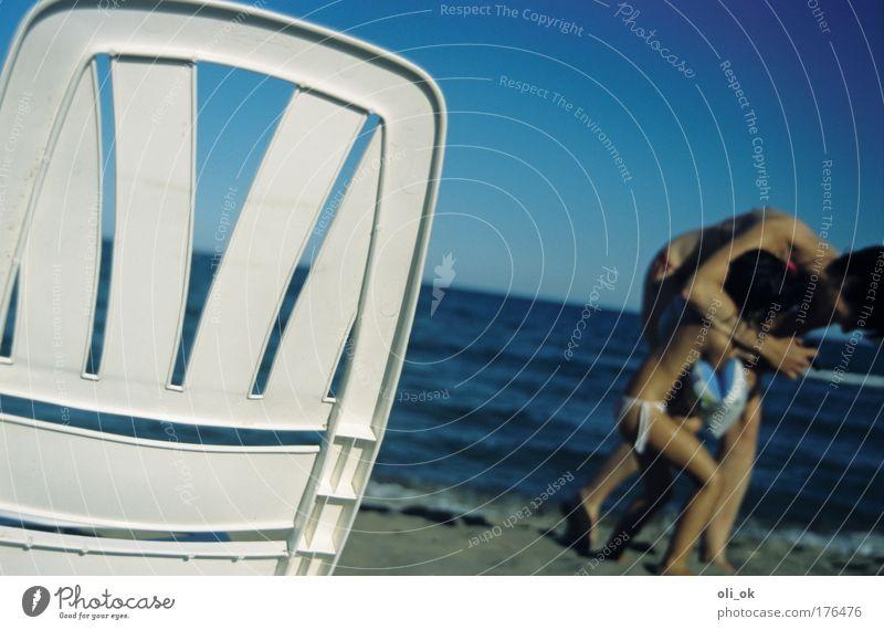 Sommerspaß Farbfoto Außenaufnahme Tag Unschärfe Freude Ferien & Urlaub & Reisen Sommerurlaub Strand Meer Mensch Kind 2 Wasser Badehose lachen Spielen toben