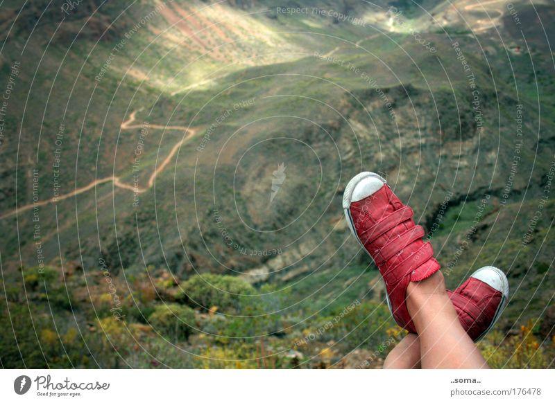 Aus-Rück-Überblick Natur grün rot Ferien & Urlaub & Reisen ruhig Einsamkeit Ferne Erholung oben Berge u. Gebirge Freiheit Wege & Pfade Landschaft Schuhe