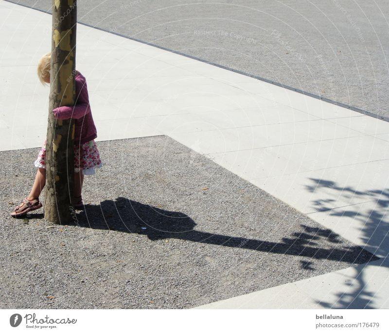 ... alles muß versteckt sein!!! Mensch Baum Mädchen Kindheit laufen Asphalt Bürgersteig verstecken genießen Langeweile Versteck umfassen