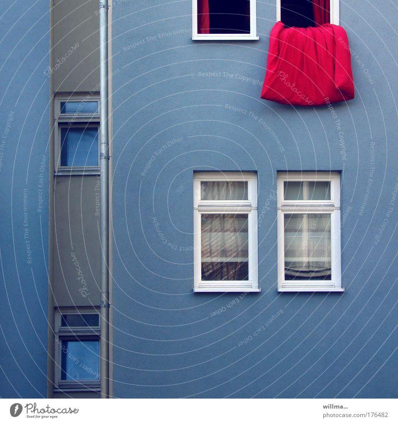 rote zipfel auf blauem putz blau rot Haus Fenster Wand Mauer Gebäude Wohnung Fassade Ordnung Häusliches Leben Sauberkeit Hinterhof Sanieren Bettdecke Altbau