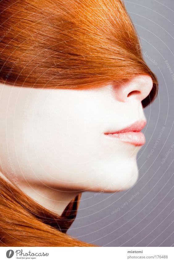 F O U L A R D Farbfoto Studioaufnahme Blitzlichtaufnahme Porträt feminin Haare & Frisuren Gesicht Kopftuch rothaarig Pony ästhetisch elegant glänzend schön