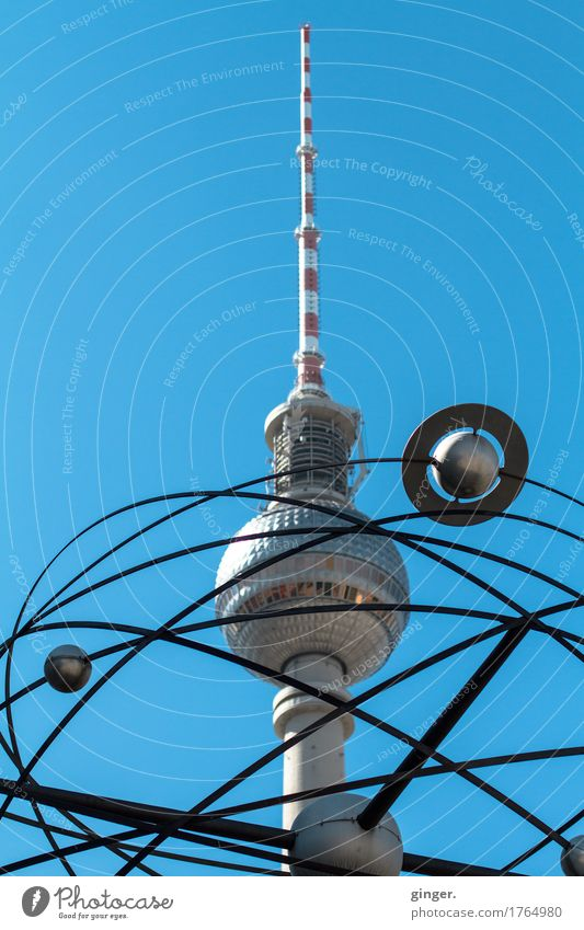 Alex meets Saturn Berlin Berliner Fernsehturm Alexanderplatz Hauptstadt Sehenswürdigkeit Wahrzeichen blau grau rot silber weiß Weltzeituhr drehen stehen Kugel