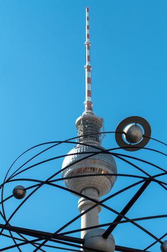 Alex meets Saturn Himmel blau weiß rot kalt Berlin grau Linie stehen hoch Sehenswürdigkeit Wahrzeichen Hauptstadt Kugel Wolkenloser Himmel aufwärts