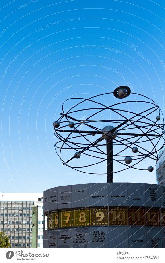 Berliner (Aus)Zeit *** Stadt Stadtzentrum Sehenswürdigkeit blau gold grau weiß Weltzeituhr Planet Haus Fenster Ziffern & Zahlen drehen Himmel himmelblau