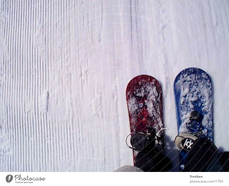 onboard Snowboard Winter Unschärfe Sport Schnee Dynamik Wintersport Bewegung Skilift Schlepplift nebeneinander paarweise Skipiste Detailaufnahme Snowboarding