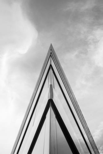 Stich in den bewölkten Himmel blau Architektur Design modern Kraft bedrohlich Coolness Macht stark fest harmonisch eckig Material Gewalt Aggression Tatkraft