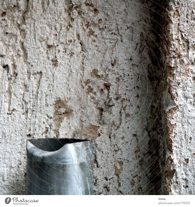 Ende eines Dienstweges Wasser Haus Mauer kaputt Ende Teile u. Stücke Putz Zerstörung Blech krumm Beule Fallrohr