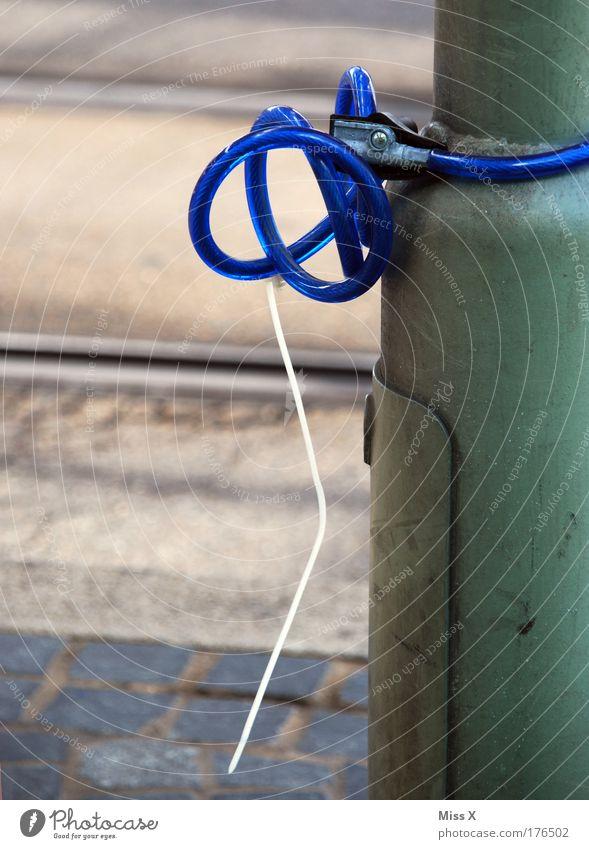 Brezel Schloss Diebstahlsicher entwenden Außenaufnahme Nahaufnahme Detailaufnahme Menschenleer Textfreiraum links Textfreiraum unten Tag Fahrradschloss blau