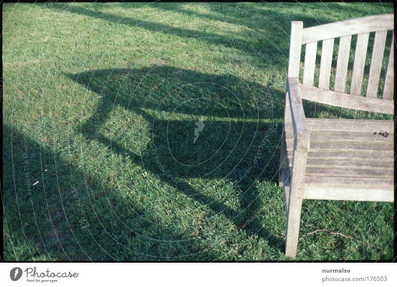 Bank am Morgen . . . Natur grün Sommer ruhig Haus Wiese Gras Garten Holz Park Zufriedenheit braun ästhetisch Burg oder Schloss Freundlichkeit
