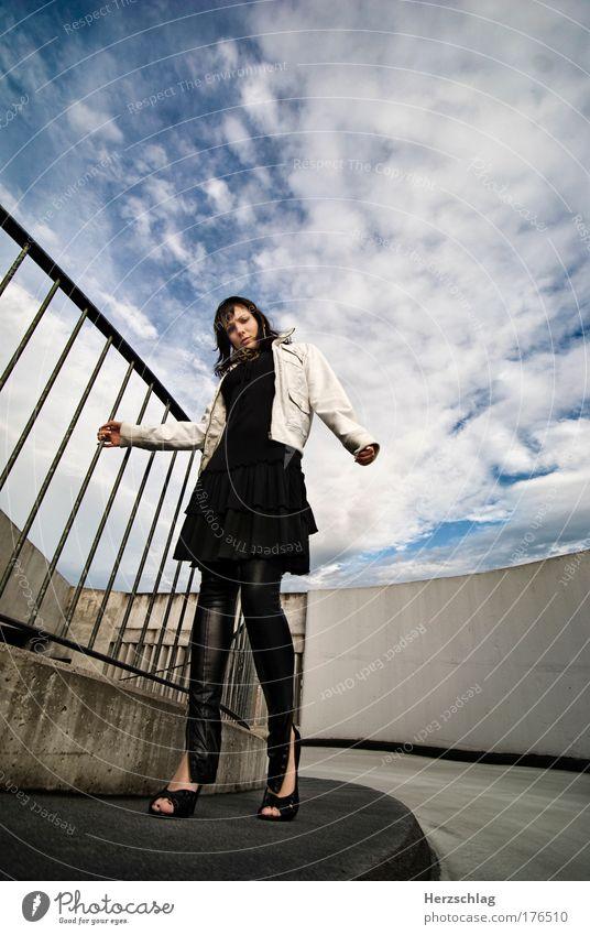 beyond Jugendliche Stadt blau Junge Frau kalt feminin Freiheit gehen elegant authentisch groß bedrohlich einzigartig Coolness Kitsch Kontrolle
