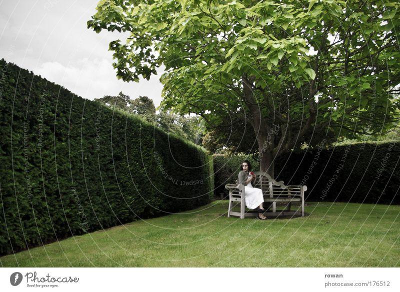im grünen Frau Mensch Jugendliche schön Baum ruhig Einsamkeit Erholung dunkel feminin Garten Erwachsene Traurigkeit Denken träumen