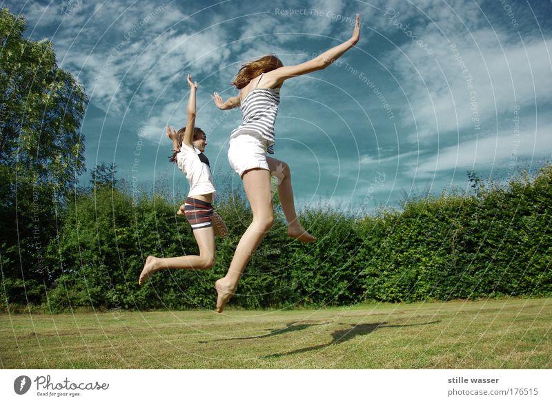 Sommerfreuden 2 Mensch Jugendliche Baum Frau Freude Leben feminin Spielen Gras Glück lachen springen Garten Gesundheit Kindheit