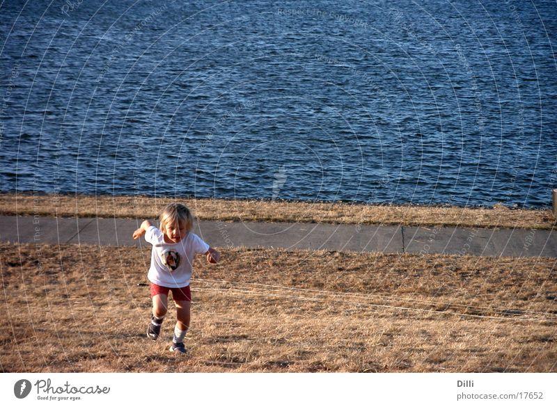 Running Girl Mensch Kind Wasser Mädchen Meer Strand laufen